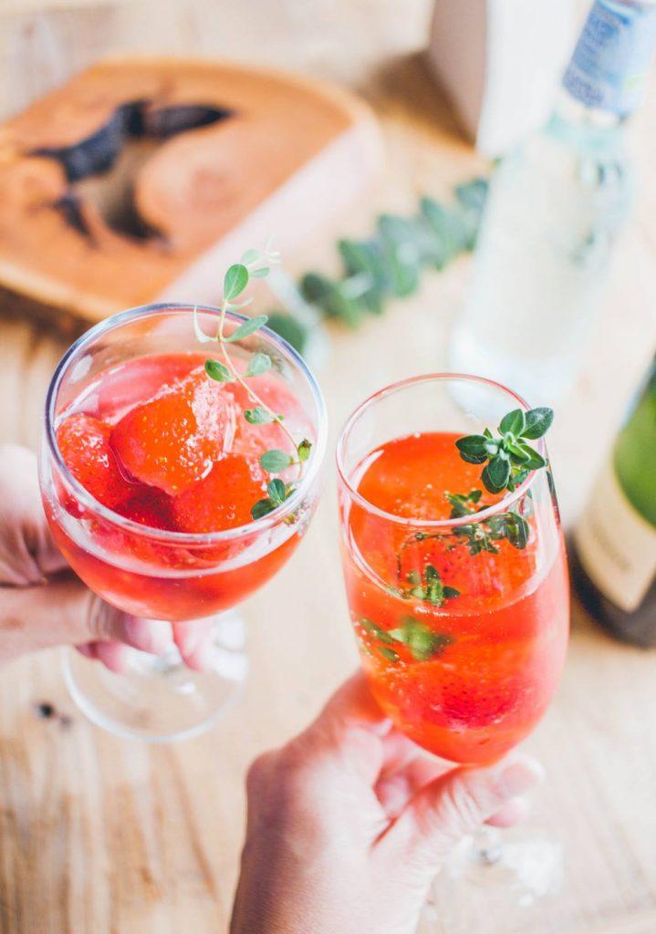おもてなしにぴったり。シャンパンやソーダに苺を入れて。